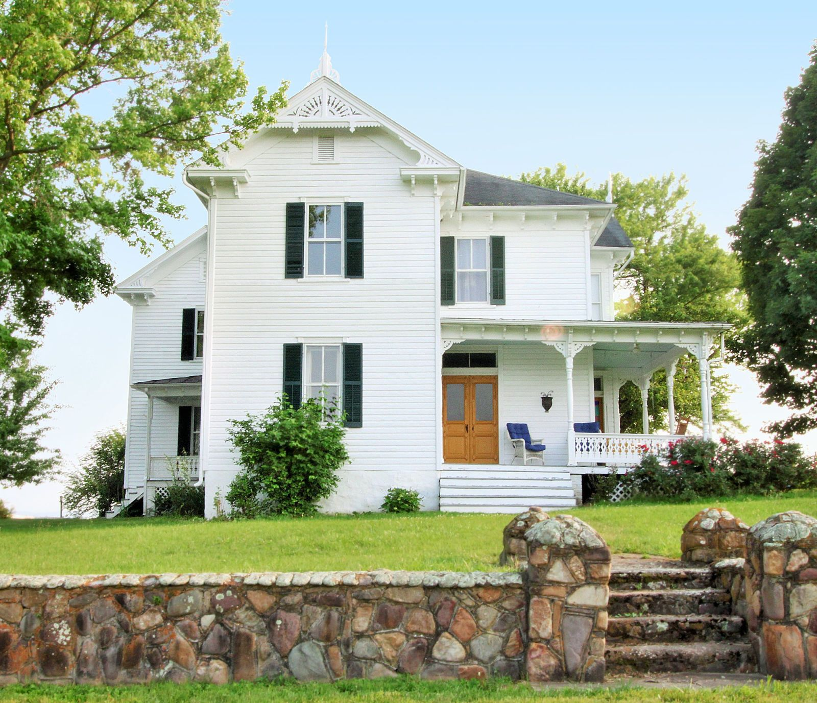 7 White Farmhouses That Will Convince You to Pack Up And