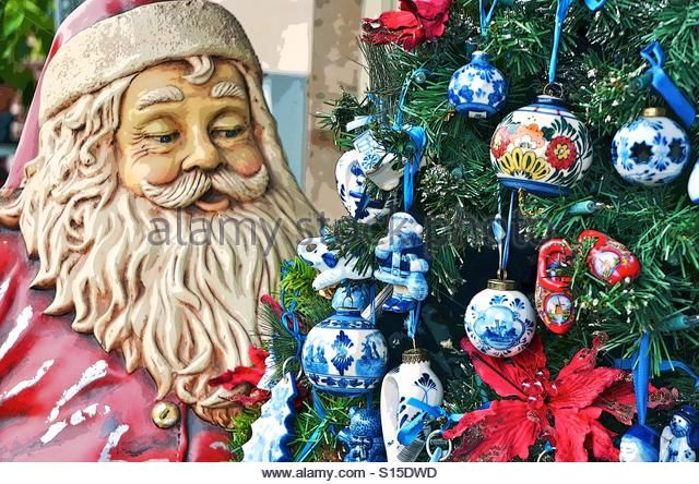 sanna-looking-at-delft-blue-ornaments-on-the-christmas-tree-s15dwd.jpg (640×444):