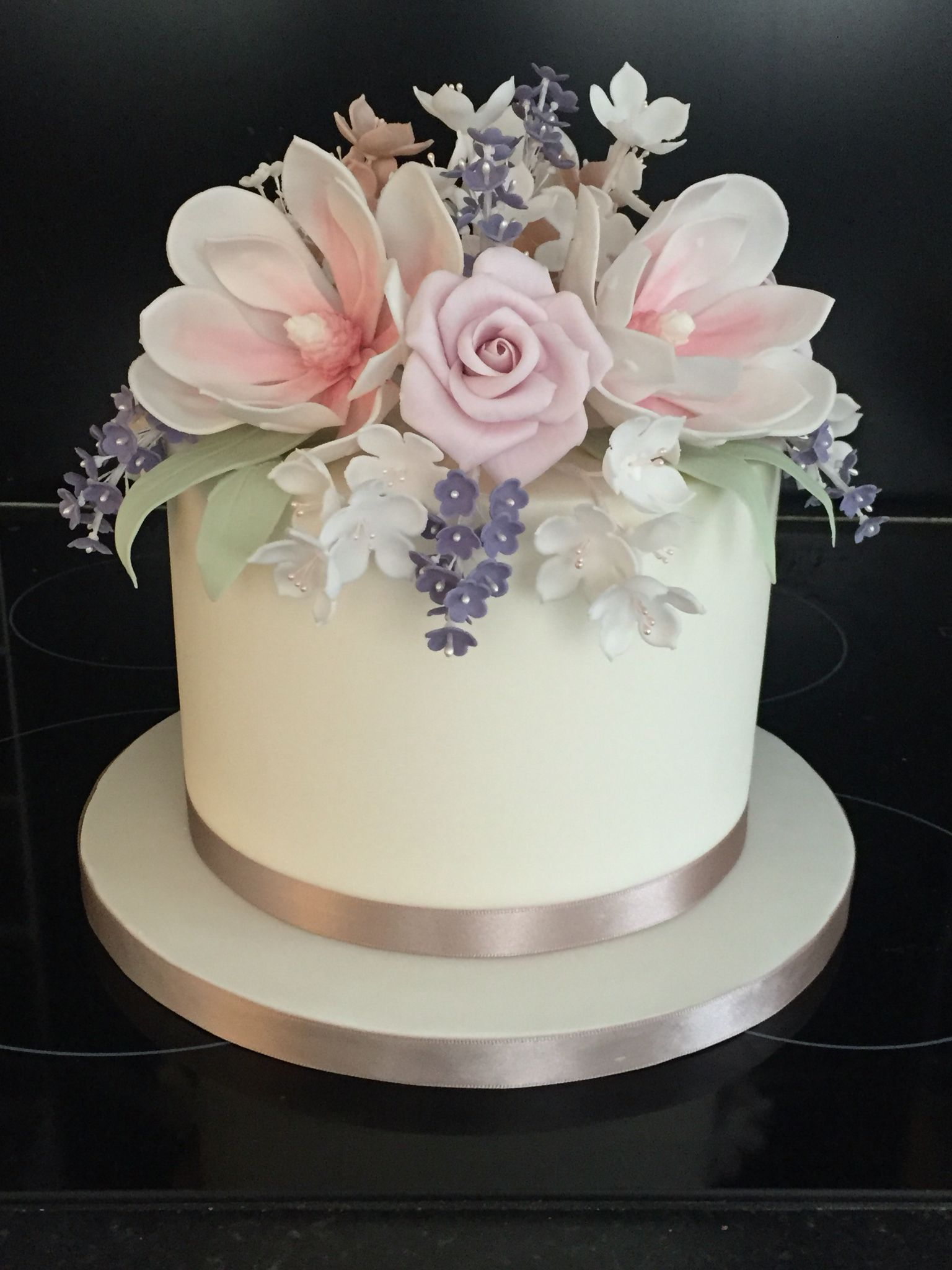 Single tier wedding cake with stunning flowers. Works
