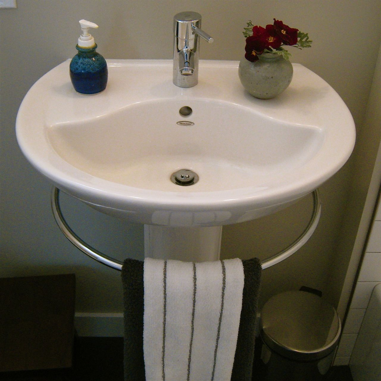 Pedestal Sink Towel Bar Genius