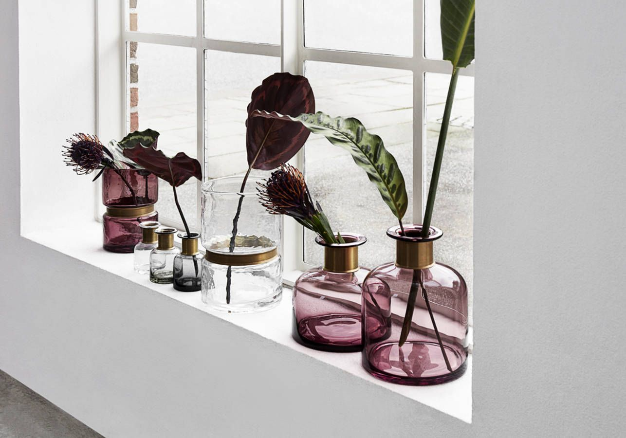 une decoration vegetale via des vases accumules sur un rebord de fenetre