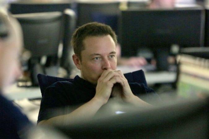 Elon Musik sitter og tenker på grunnleggende prinsipper.