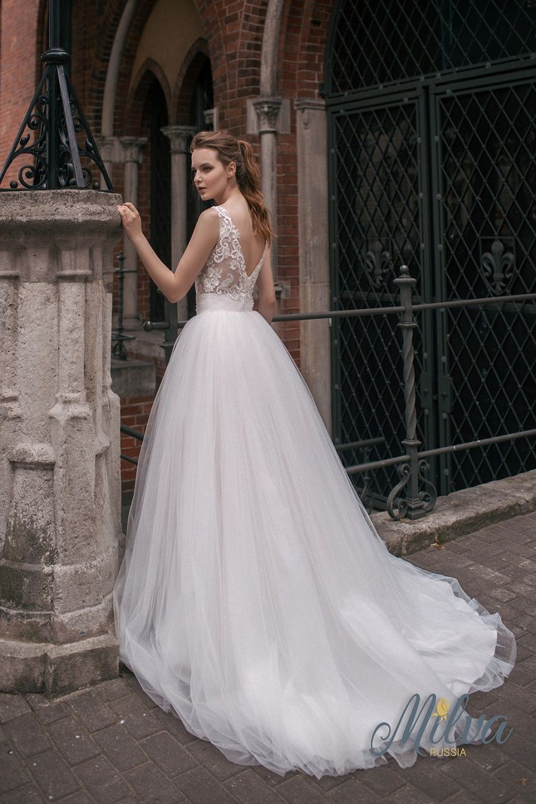 Sleeveless v neckline v back tulle ball gown wedding dress short train #wedding #weddingdress #weddinggown