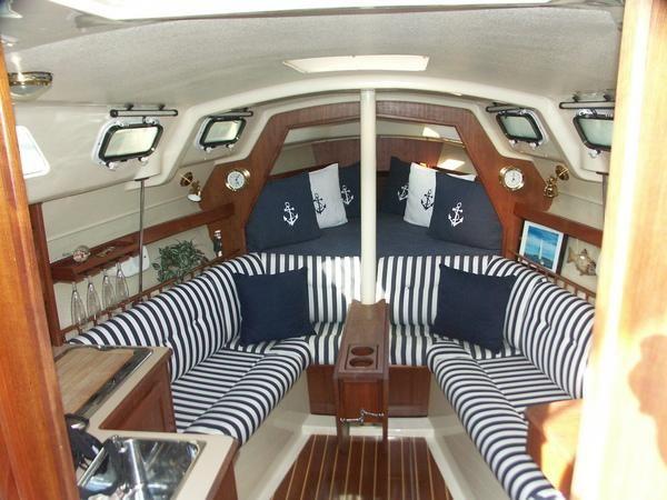Interior Sailboat Hunter 33 1981