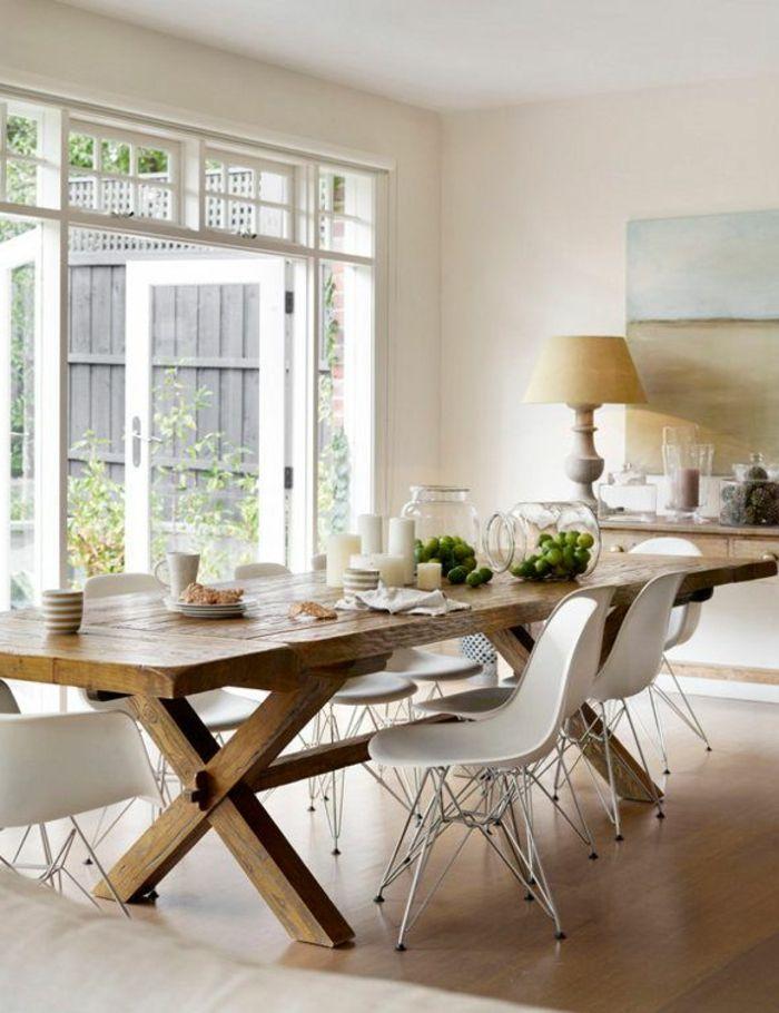 une jolie table en bois massif et clair avec chaises plastiques beiges