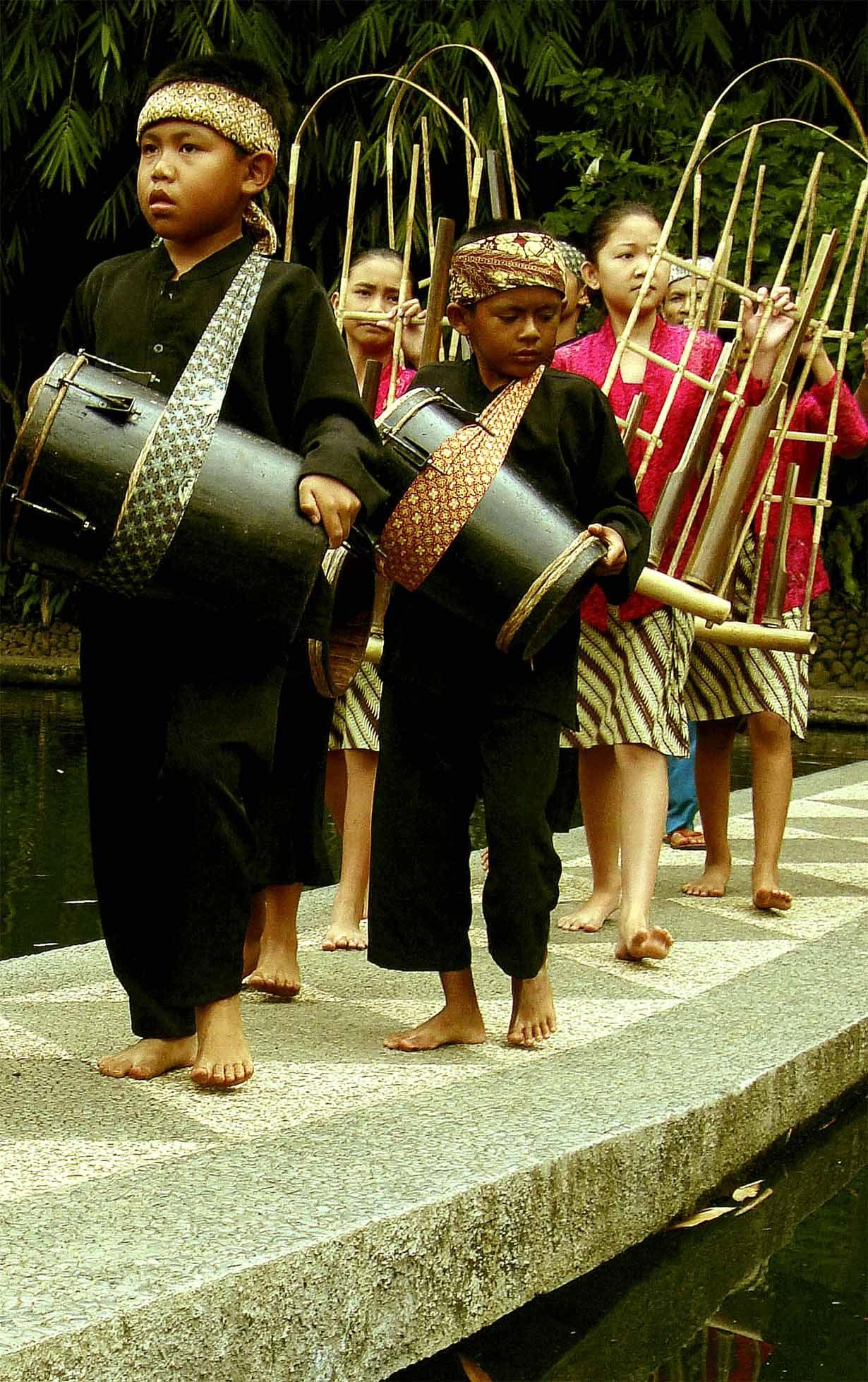 Kaulinan Barudak (Sundanese children are playing the