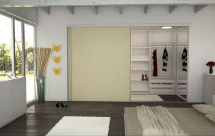 Begehbarer Kleiderschrank im Schlafzimmer. Die Schiebetür ...