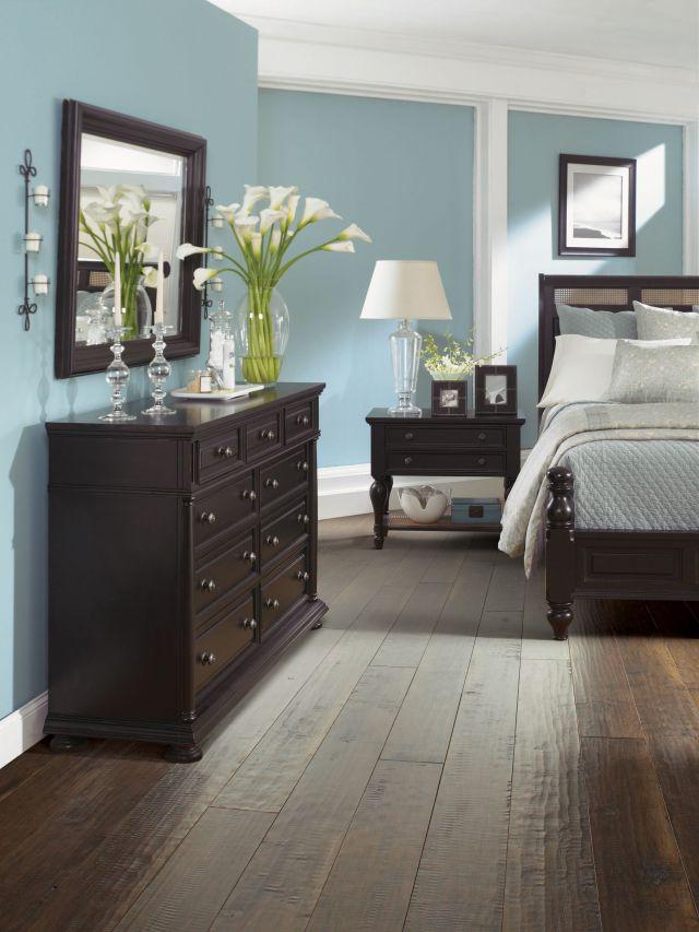 Habitacion con muebles marr³n oscuro o negro en color celeste y el
