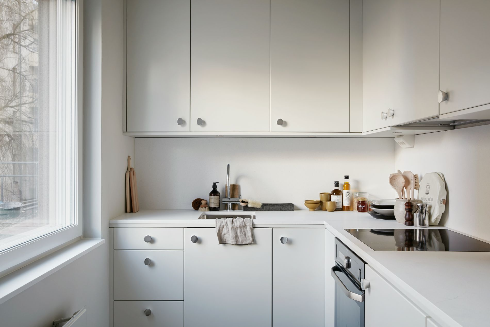 Small allwhite kitchen K i t c h e n s Pinterest