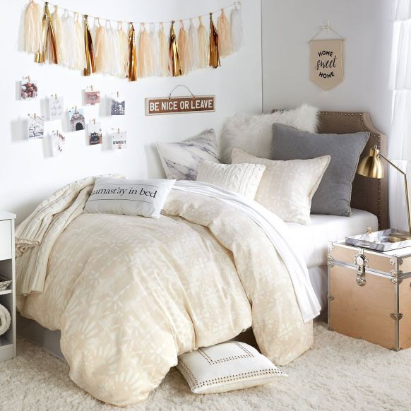 I love these subtle warm tones. Such great dorm room decor!
