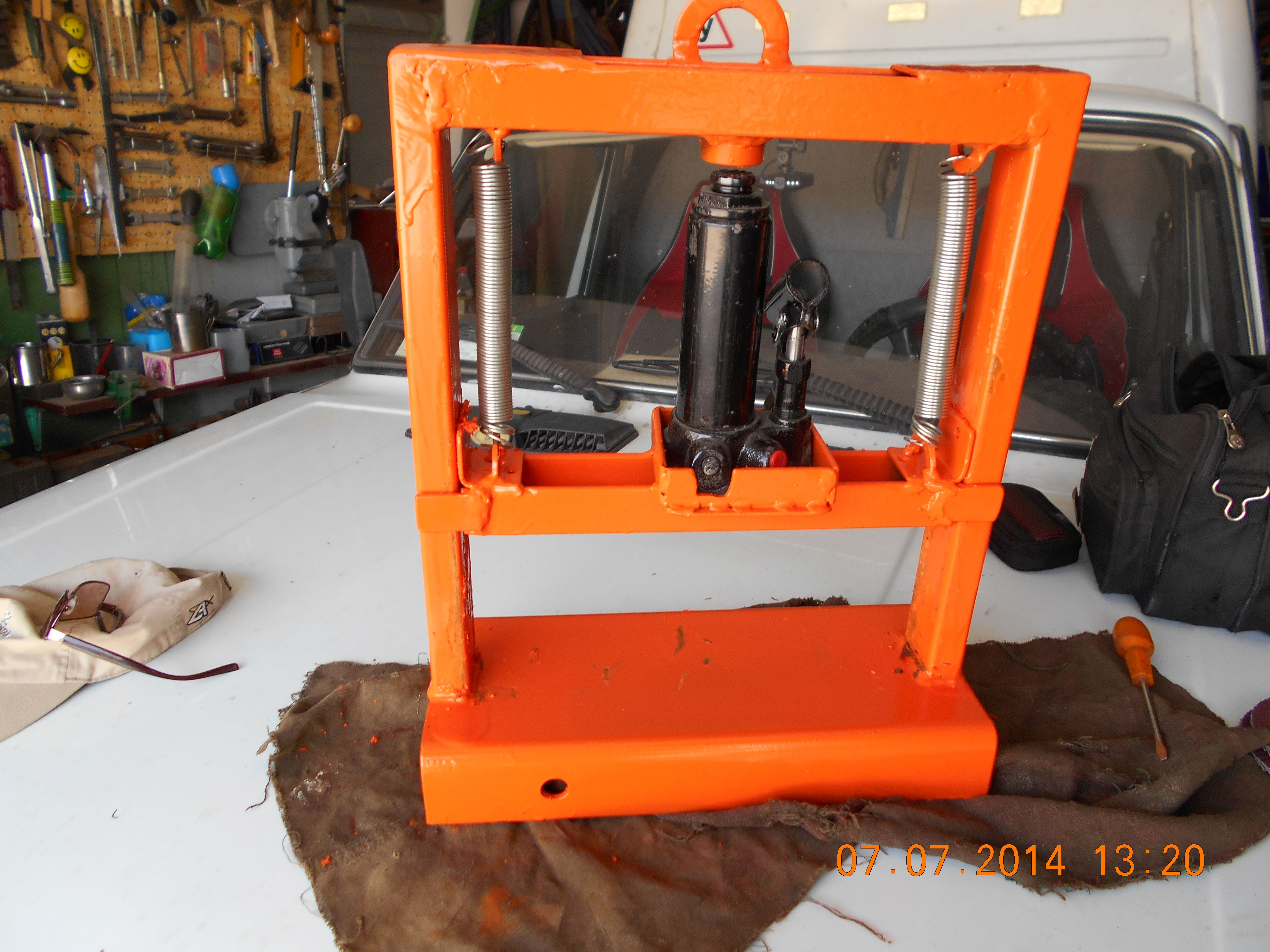 Smallsize press force of 2 tons on the basis of the jack
