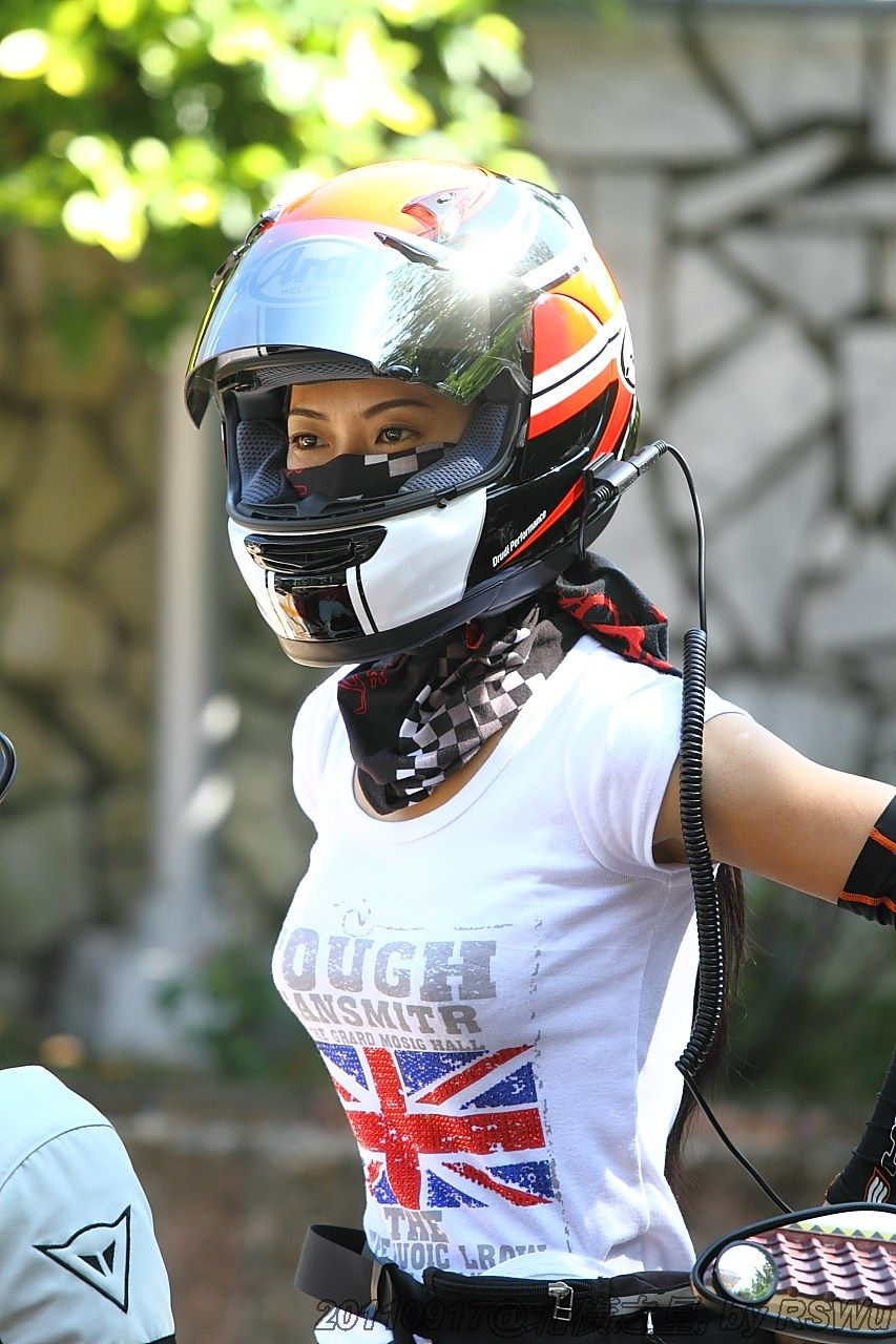 Girl with motorcycle helmet Grote interesse in motors