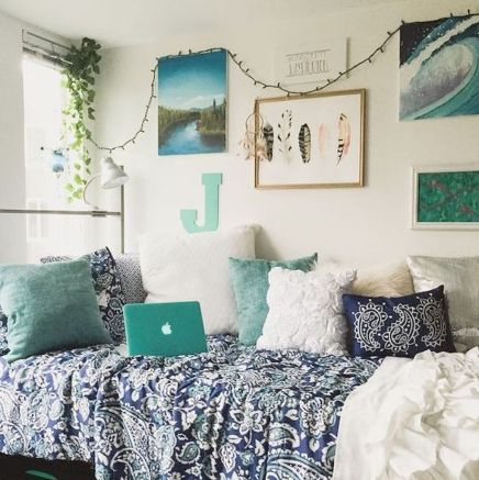 If you're wondering how to decorate your dorm room, take a look at this one!