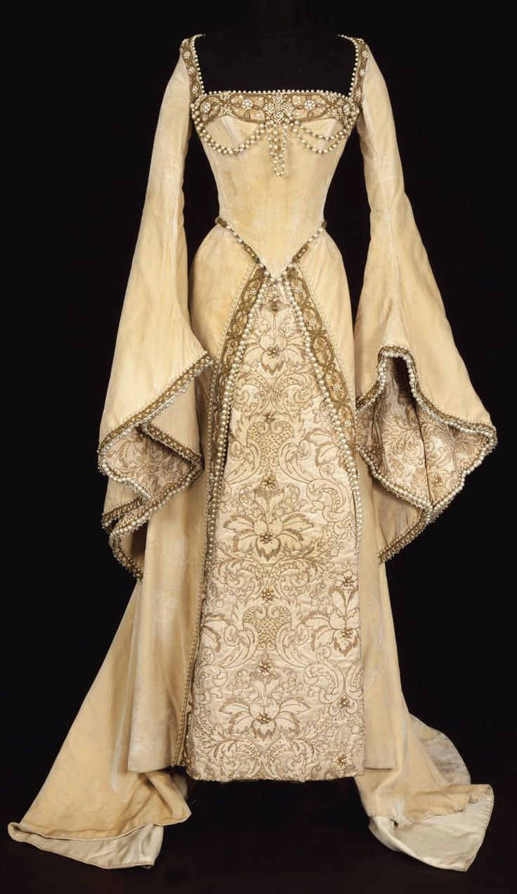 14501500's dress. We can see the differences in the