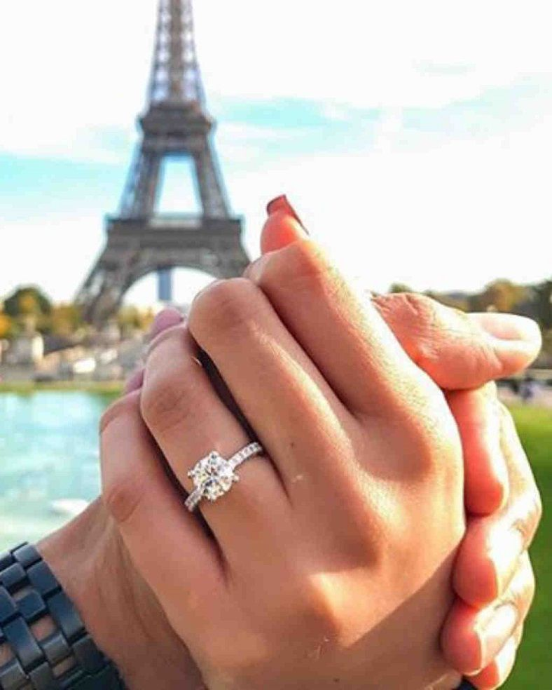 solitaire engagement ring - romantic engagement in Paris #paris #engagmentring #solitaire