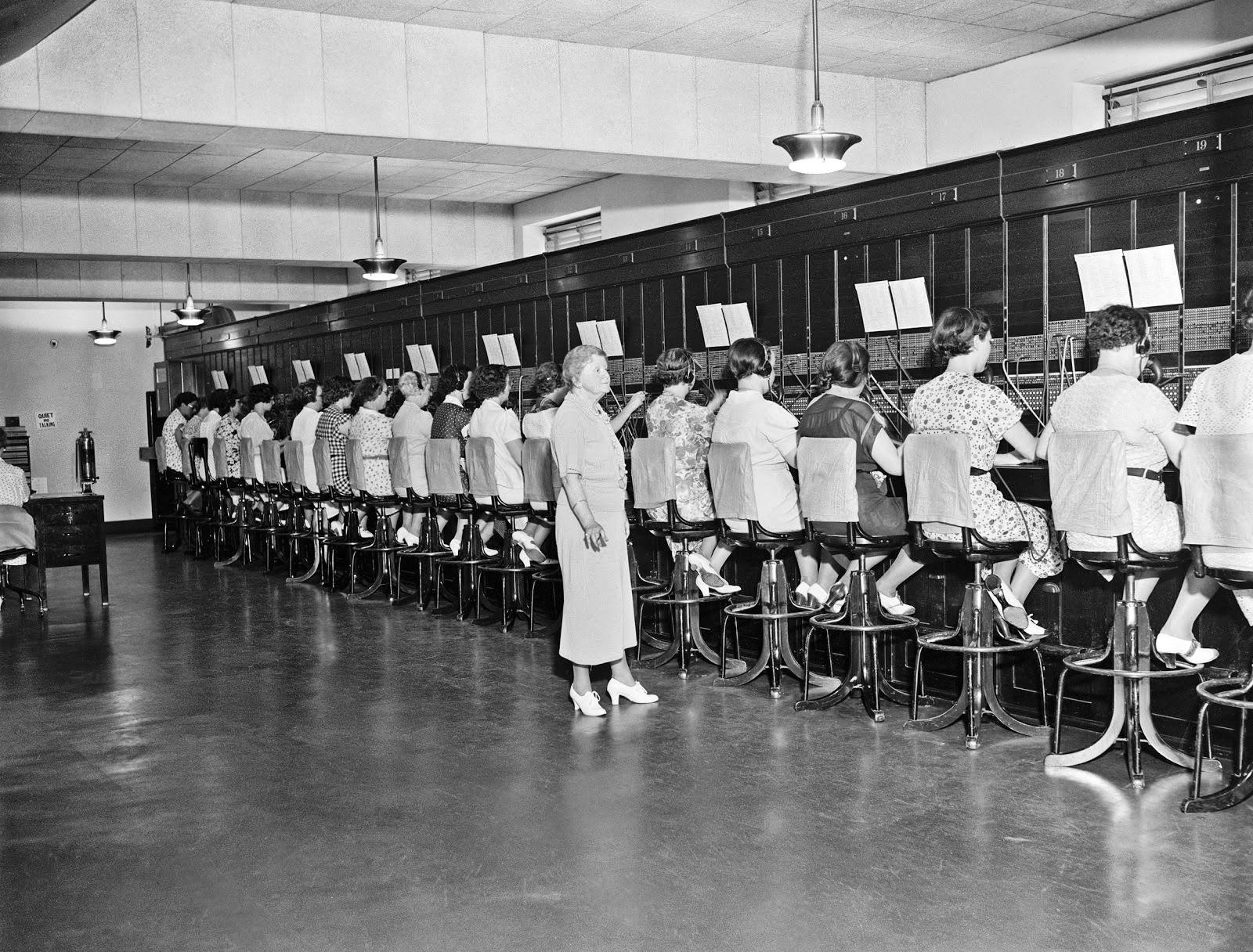 20 Vintage Photos of Women Telephone Operators at Work