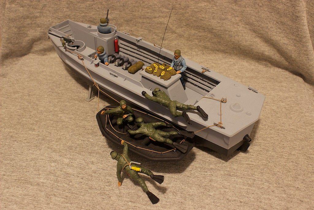 Udt Boat With Frogmen Plastic Model Military Ship Kit In 1