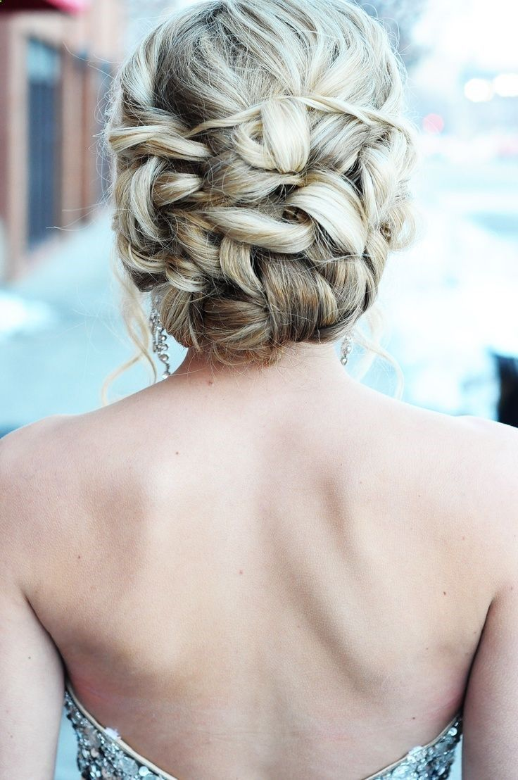 Gorgeous Prom Hairstyles: This article presents you a few easy yet stylish prom