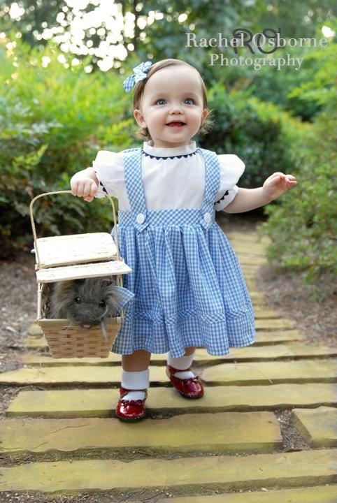 esta disfraz que venden en etsy es precioso y la nia se ve taaan linda con su canasta zapatos rojos y el camino amarillo aaah muero de amor