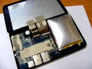К сожалению, с течением времени аккумулятор планшетов изнашивается и его ёмкость уменьшается, а это негативно влияет на работу всего устройства. Планшет теряет одну из своих главных функций – мобильность. Виды аккумуляторов Существует два типа аккумуляторов литий-ионный и литий-полимерный. У каждого из видов аккумуляторов существует свой лимит, после которого происходит износ. У литий-ионного износ происходит после 300-500 циклов перезарядки, а у литий-полимерного износ начинается после 800-900 циклов. Вне зависимости от вашего планшета всегда требуется своевременный ремонт. Наш сервисный центр «Smart Repair» в Киеве производит быструю, недорогую, а самое главное качественную замену аккумуляторов на планшете.