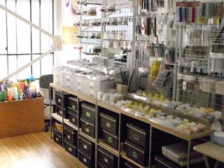 ベネチアンガラス・七宝・とんぼ玉・彫金などのパーツ、工具の販売コーナー
