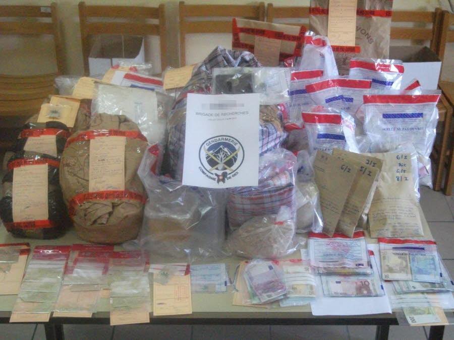 Plusieurs kilogrammes de produits stupéfiants et des dizaines de milliers d'euros en espèces ont été découverts.