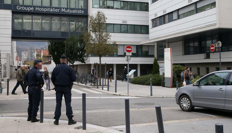 A 15 heures, la clinique d'Alembert, à Grenoble, sous surveillance des forces de l'ordre. Photo Le DL/Marc GREINER