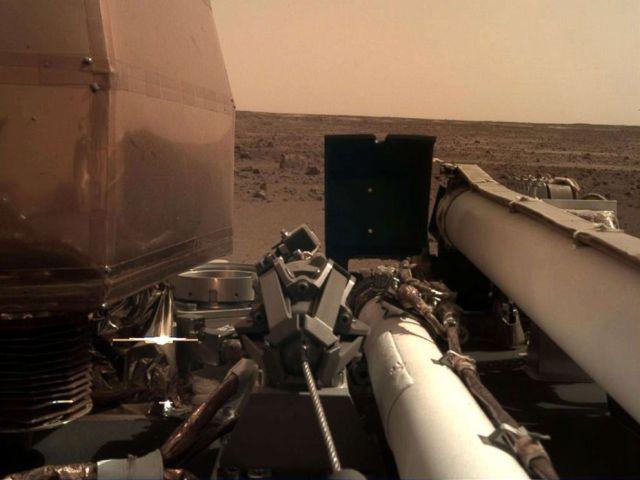 FOTO: La NASA InSight tomó esta foto de la superficie de Marte con su cámara de despliegue de instrumentos robótica montada en el brazo después de tocar la superficie del planeta, el 26 de noviembre de 2018.