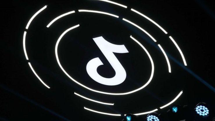FOTO: El logotipo de TikTok se ve durante el foro de creación de arte de TikTok el 17 de marzo de 2021 en Beijing.