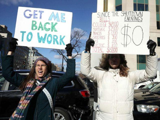 FOTO: Hunderte Arbeiter und Auftragnehmer aus dem Bundesstaat protestieren gegen die teilweise Schließung der Bundesregierung vor dem Hauptsitz des AFL-CIO am 10. Januar 2019 in Washington, DC.