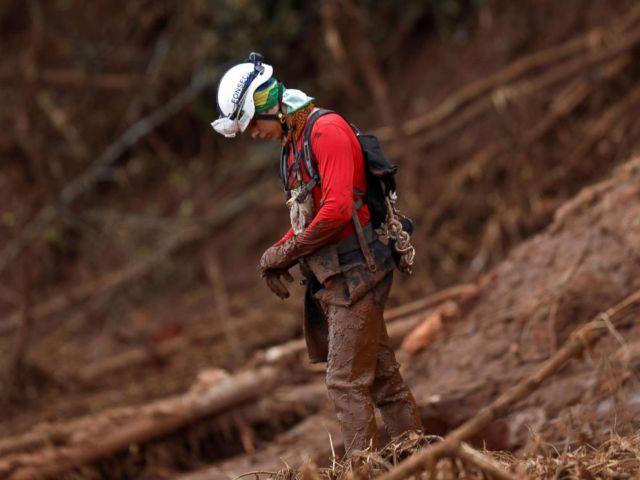 FOTO: 'n Reddingswerker reageer as hy 'n massa bywoon vir die slagoffers van 'n ineenstortingsdam wat deur die Brasiliaanse mynmaatskappy Vale SA in Brumadinho, Brasilië, 1 Februarie 2019 besit word.