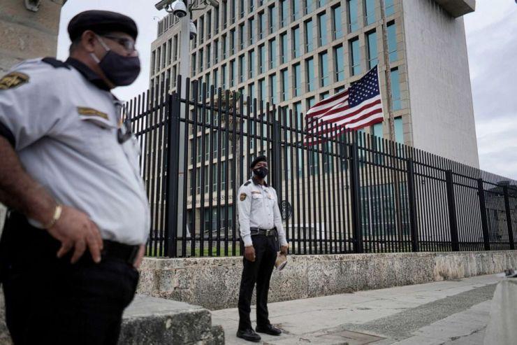 FOTO: La bandera de Estados Unidos ondea junto a la seguridad que custodia la embajada de Estados Unidos en La Habana, 12 de enero de 2021.