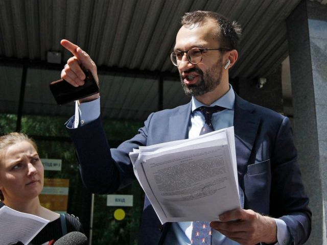 PHOTO: Ukrainian lawmaker Sergiy Leschenko speaks and shows documents to journalists in front of a courthouse in Kyiv, Ukraine, on May 13, 2019.