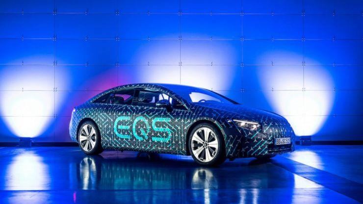 En esta foto proporcionada por el fabricante de automóviles alemán Mercedes y tomada en marzo de 2021, se muestra un automóvil EQS en Stuttgart, Alemania.  Mercedes-EQ presentará el sedán de lujo totalmente eléctrico EQS en un estreno mundial digital en la plataforma en línea Mercedes me media el jueves