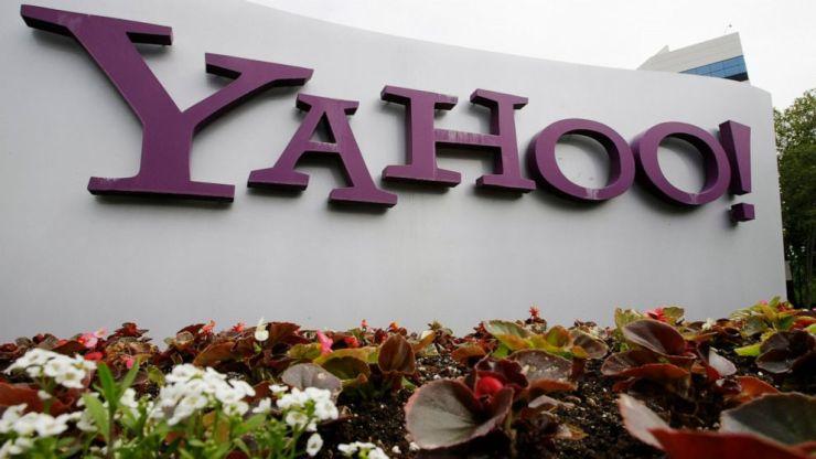 ARCHIVO - El logotipo de Yahoo se muestra fuera de las oficinas en Santa Clara, California, en esta foto de archivo del lunes 18 de abril de 2011.  Verizon está vendiendo el segmento de su negocio que incluye Yahoo y AOL a la firma de capital privado Apollo Global Management en un