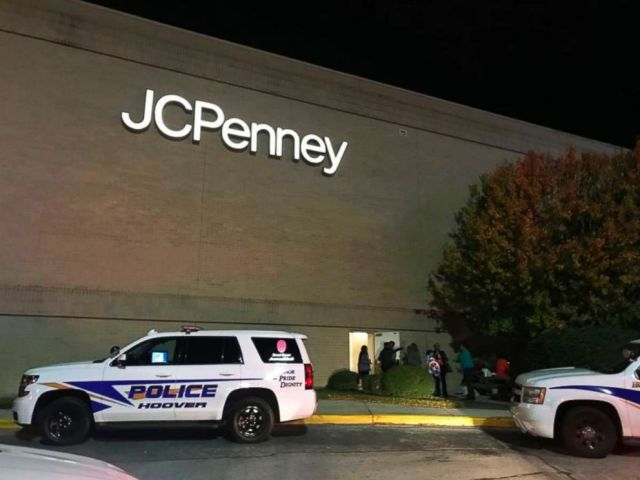 PHOTO: Police respond to a fight inside the Riverchase Galleria mall after gunfire erupted Thanksgiving night in Hoover, Ala., Nov. 22, 2018.