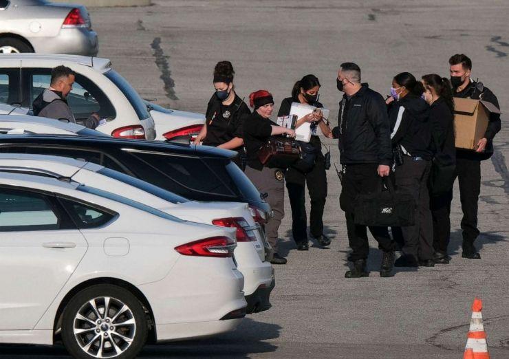 FOTO: La policía y los investigadores de la escena del crimen trabajan en el lugar de un tiroteo masivo en una instalación de FedEx en Indianápolis, el 16 de abril de 2021.