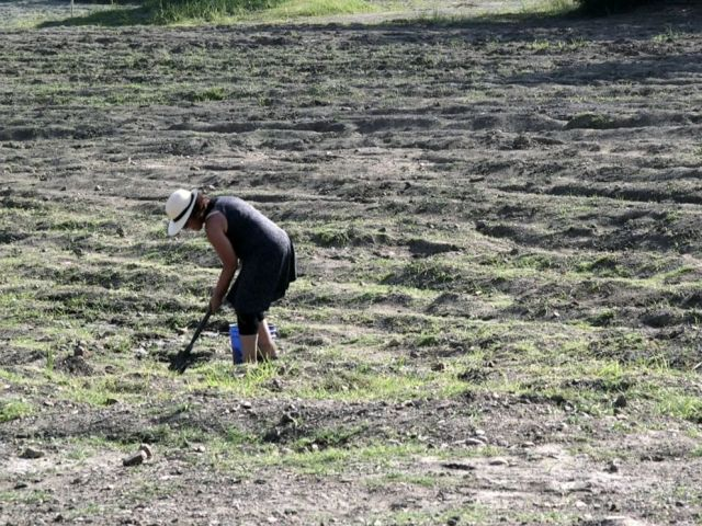 PHOTO: A woman uses a shovel to try and find a diamond in the rough at Crater of Diamonds State Park in Murfreesboro, Ark.