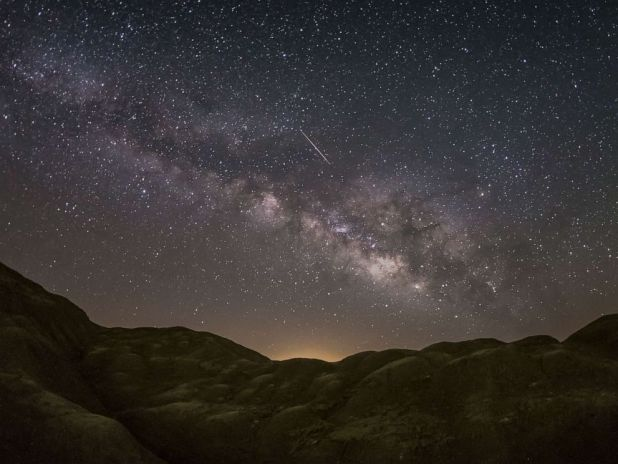 PHOTO: In the desert of Anza-Borrego, in California, a Lyrid meteorite appears.