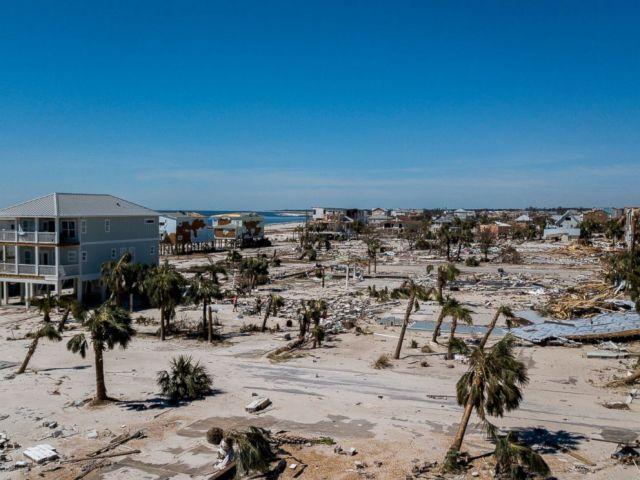 PHOTO: Cette photo aérienne montre des débris et des destructions à Mexico Beach, en Floride, le vendredi 12 octobre 2018, après le passage de l'ouragan Michael dans la région mercredi.