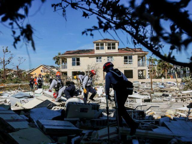 PHOTO: Des membres du groupe de travail du sud de la Floride effectuent une fouille dans une maison rasée détruite par l'ouragan Michael à Mexico Beach, en Floride, le vendredi 12 octobre 2018 après le passage de l'ouragan Michael dans la région, mercredi.