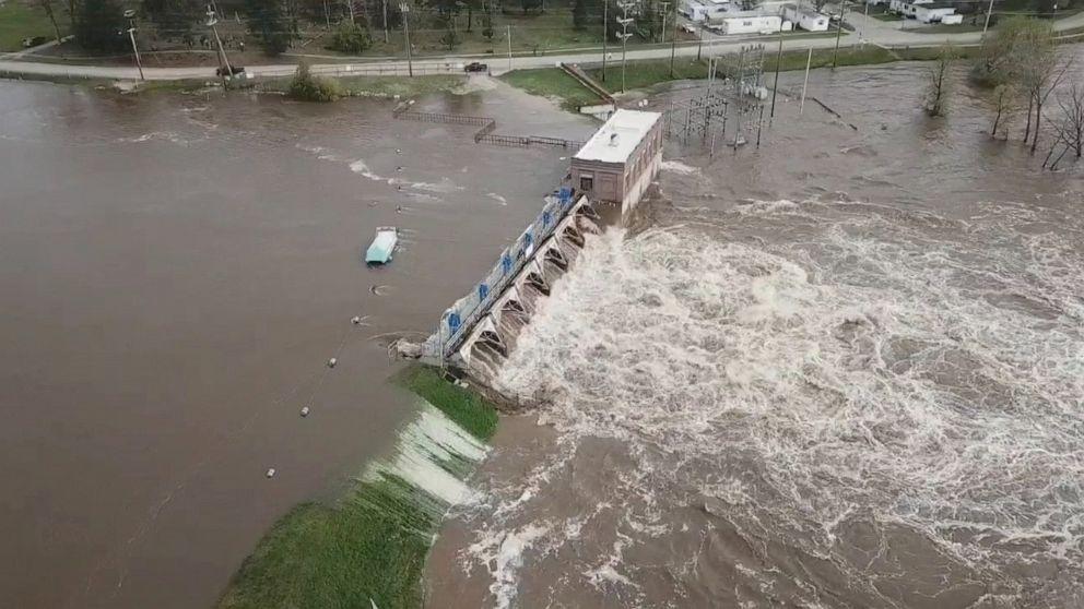 Thousands evacuate as '500-year flood' destroys 2 dams in Michigan thumbnail