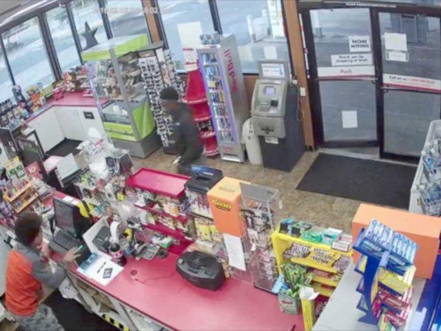 FOTOGRAFÍA: 2 hombres jóvenes parecen dar un paso hacia el empleado colapsado para robar la tienda.