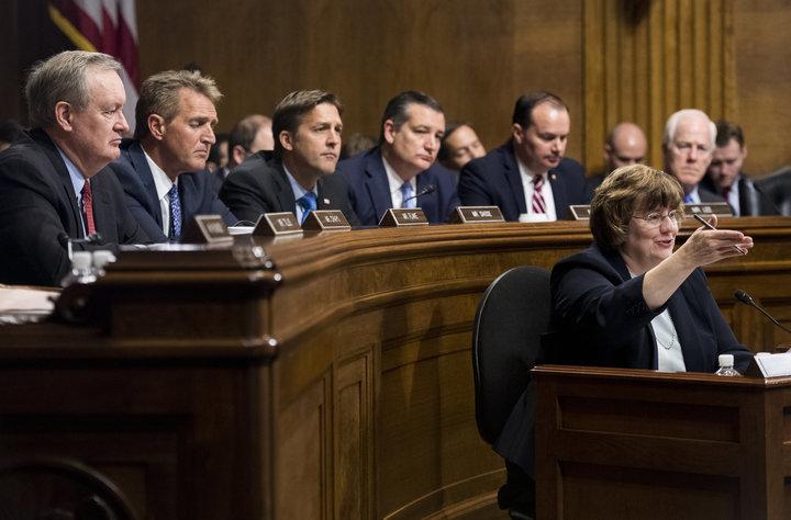 白人男性しかいない上院司法委員会の共和党側議員団。代理人のレイチェル・ミッチェル検事がクリスティーン・ブレイジー・フォード氏に質問する間、耳を傾けている。