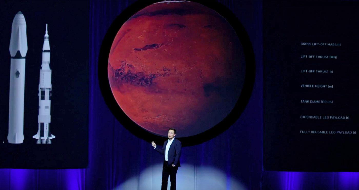 Elon Musk compara o Big Falcon Rocket ou BRF, o qual a SpaceX pretende construir para levar a humanidade a Marte, com o foguete Saturn V (à direita). Crédito: SpaceX