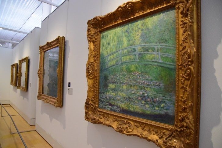 「睡蓮」などで有名な同年代のモネは、印象派画家としてルドンのデビュー前から有名になっていた