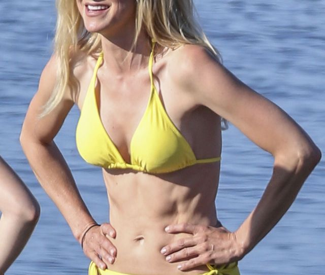 Anna Faris Shows Off Her Toned Body On A Skimpy Yellow