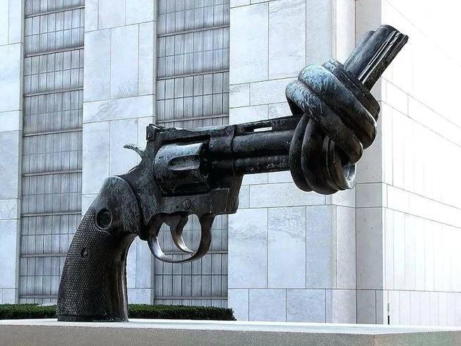 Escultura revólver com cano amarrado em um nó