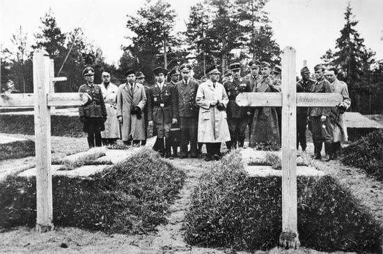 Groby polskich generałów zamordowanych przez NKWD w Katyniu (żródło: Bundesarchiv; lic. CC-BY-SA).
