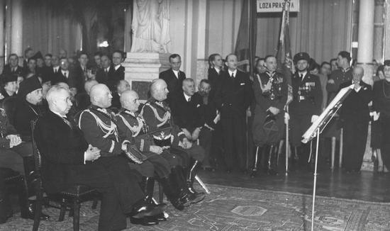 Generał Jerzy Wołkowicki (siedzi drugi z prawej) nie podzielił losu tysięcy polskich oficerów zamordowanych przez Sowietów w 1940 r. za sprawą kilku zdań wypowiedzianych 35 lat wcześniej.
